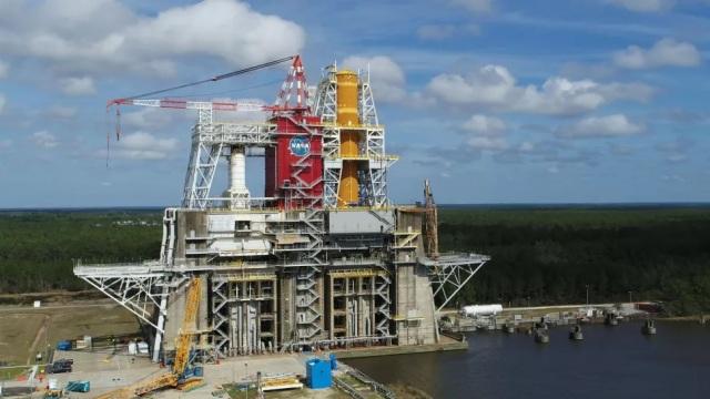 Центральный блок (core stage), он же первая ступень ракеты-носителя Space Launch System на стенде B-2 тестового полигона Космического центра имени Джона Стенниса