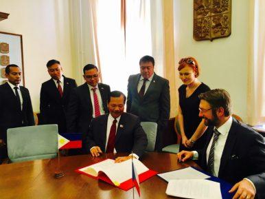 Церемония подписания соглашения между министерствами обороны Филиппин и Чехии.