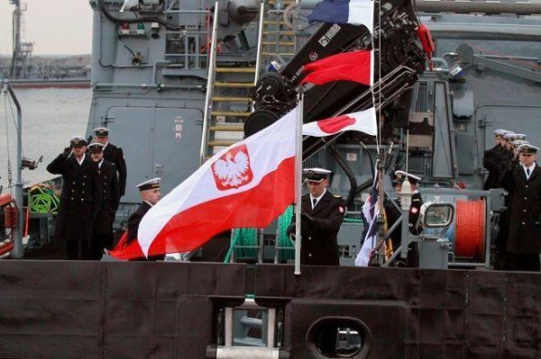 Церемония поднятия флага на корабле Kormoran.