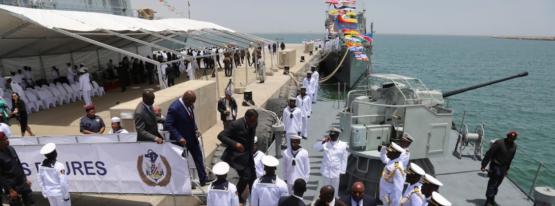 Прошедшая с участием президента Намибии Хаге Гейнгоба церемония ввода в состав ВМС Намибии в качестве корветов С 12 Daures и С 13 Brukkaros бывших китайских малых противолодочных кораблей проекта 037-IS. Уолфиш-Бей, 27.10.2017.