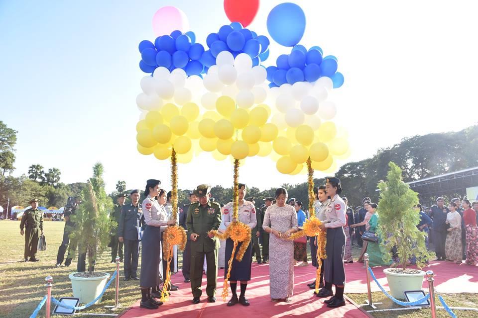 Главнокомандующий вооружёнными силами Мьянмы старшй генерал Мин Аун Хлайн на торжествах в честь 70-летия мбянманской (бирманской) военной авиации и на церемонии ввода в состав ВВС Мьянмы первых шести полученных из России учебно-боевых самолетов Як-130, а также четырех транспортно-пассажирских самолетов, приобретенных на вторичном рынке (двух Fokker 70 и двух ATR 42-320). Мейтхила, 15.12.2017.