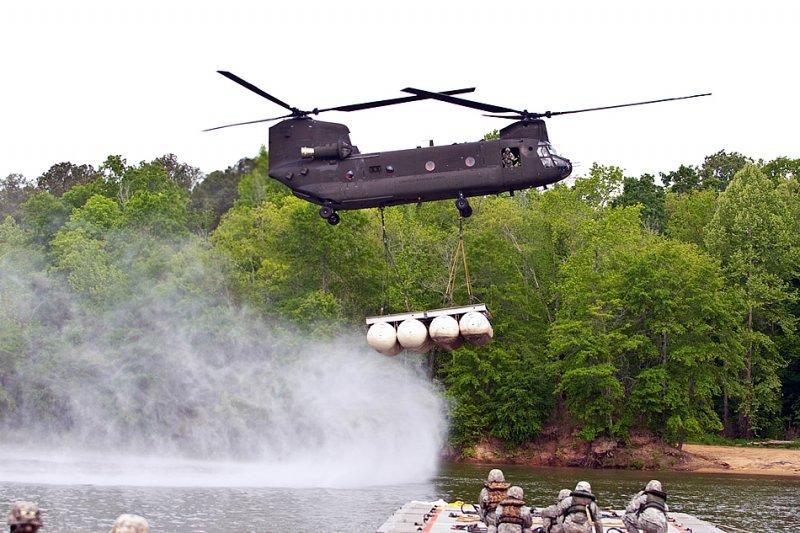 Пилот вертолета CH-47 Chinook готовится установить сегмент модульного десантного понтона на реке Чатахуче во время демонстрации в Форт Беннинг, штат Джорджия 24-го апреля 2013-го года. (Фото Патрика Олбрайт (Patrick Albright), армия США). Источник: strategypage.com.