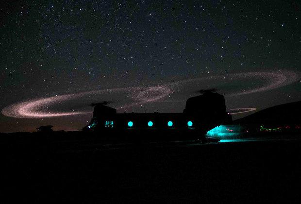 Триболюминисценция на законцовках лопастей вертолета CH-47F Chinook.
