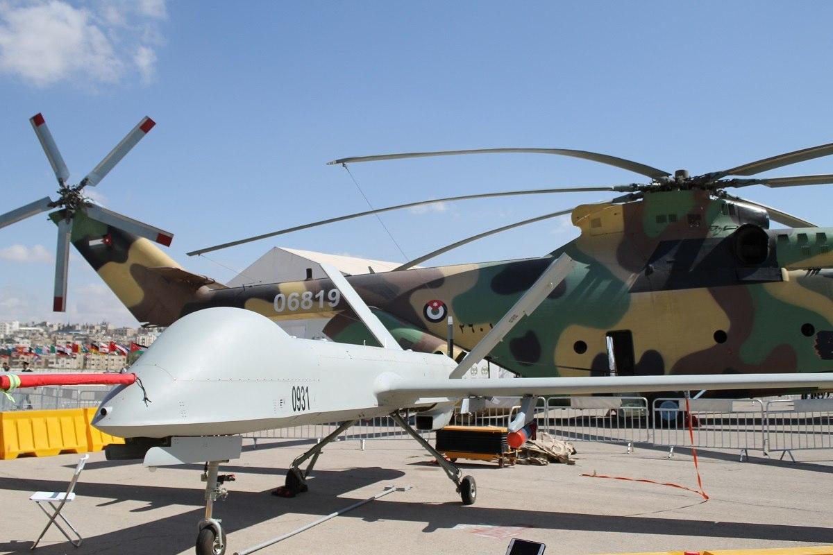 Иорданские CH-4B ( производитель – Китай) и размещенный рядом вертолет сверхтяжелого класса Ми-26 Halo (производитель – Россия). С новой смягченной экспортной политикой Трампа, США надеется доминировать во всех странах, где Китай и Россия имеют  сильные позиции. (Фото Джен Джадсон).