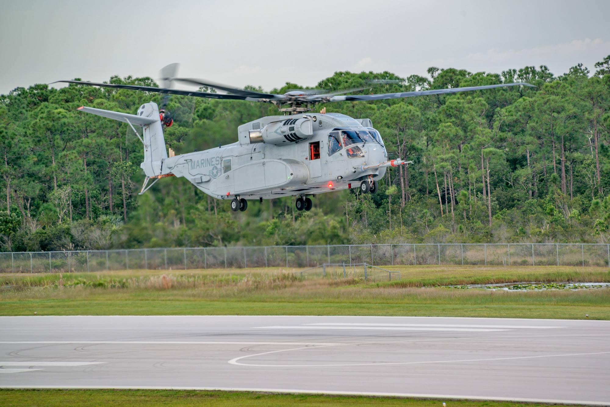 Первый летный опытный образец нового американского тяжелого транспортного вертолета Sikorsky СН-53К King Stallion (прототип EDM-1) в первом полете по полному профилю. Вест-Палм-Бич (Флорида), 27.10.2015.