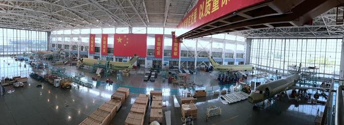 Четыре самолета ARJ21-700 с серийными номерами с АС108 по АС111 в цеху окончательной сборки на шанхайском предприятии Shanghai Aircraft Manufacturing Co., Ltd. (SAMC) китайской государственной авиастроительной компании Commercial Aircraft Corporation of China Ltd. (COMAC), 14.06.2017.