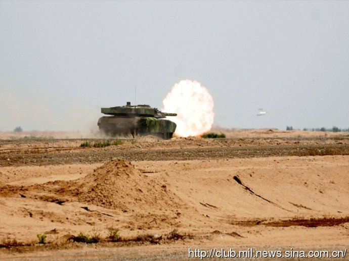 Неизвестный китайский танк ведет стрельбу (18 июля, учения «Скачок-2014» Пекинского военного округа, Внутренняя Монголия).