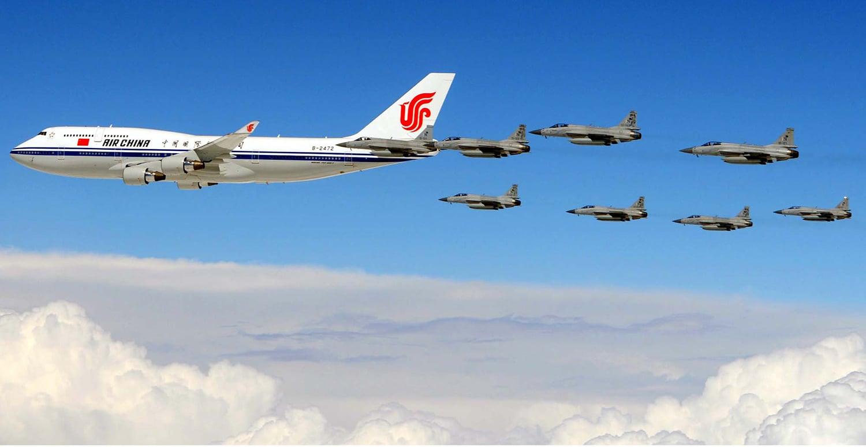 Восемь истребителей JF-17 Thunder ВВС Пакистана эскортируют борт Номер 1 Президента КНР Си Цзиньпин (Xi Jinping). Апрель 2015г.