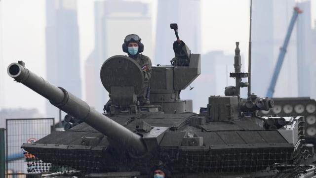Члены экипажа танка Т-90М «Прорыв» перед ночной репетицией парада