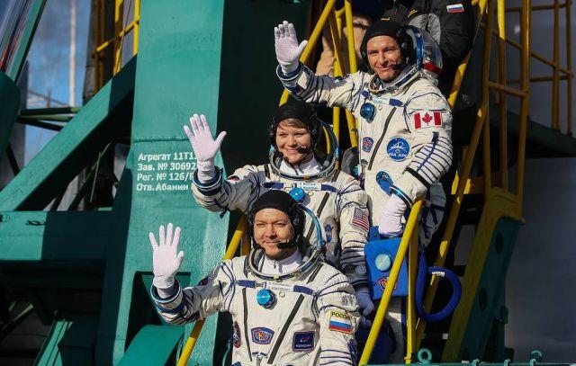Члены экипажа экспедиции МКС-58/59 космонавт Роскосмоса Олег Кононенко, астронавт NASA Энн Макклейн и астронавт Канадского космического агентства Давид Сен-Жак