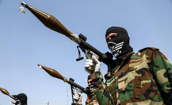 """Члены группировки """"Имама-Али"""" на военном параде в Ираке."""
