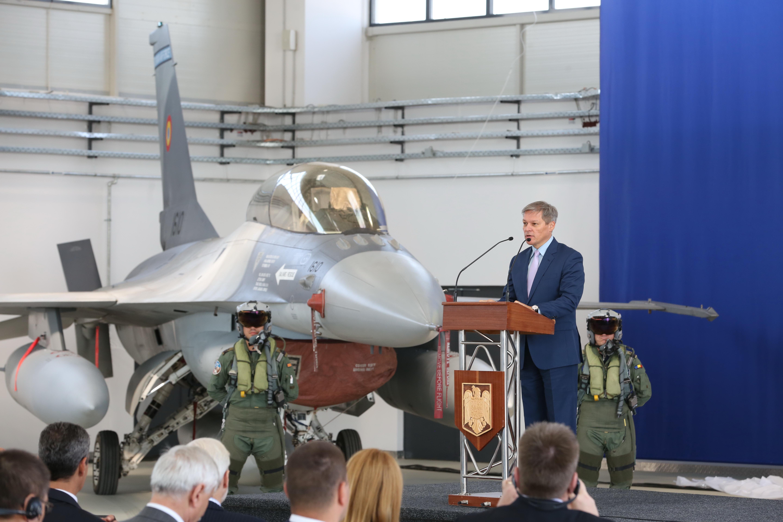 Премьер-министр Румынии Чолош Дачиан на церемонии передачи первых F-16, 07.10.2016.