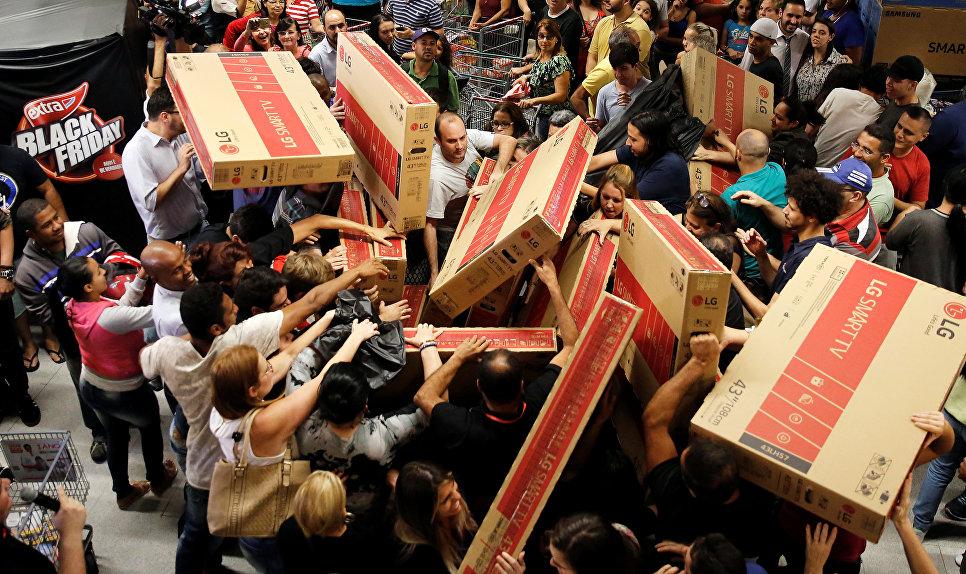 Покупка телевизоров во время распродажи в Черную Пятницу в Сан-Паулу, Бразилия.