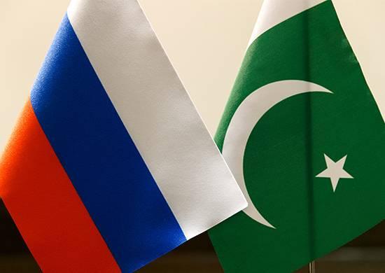Флаги России и Пакистана.