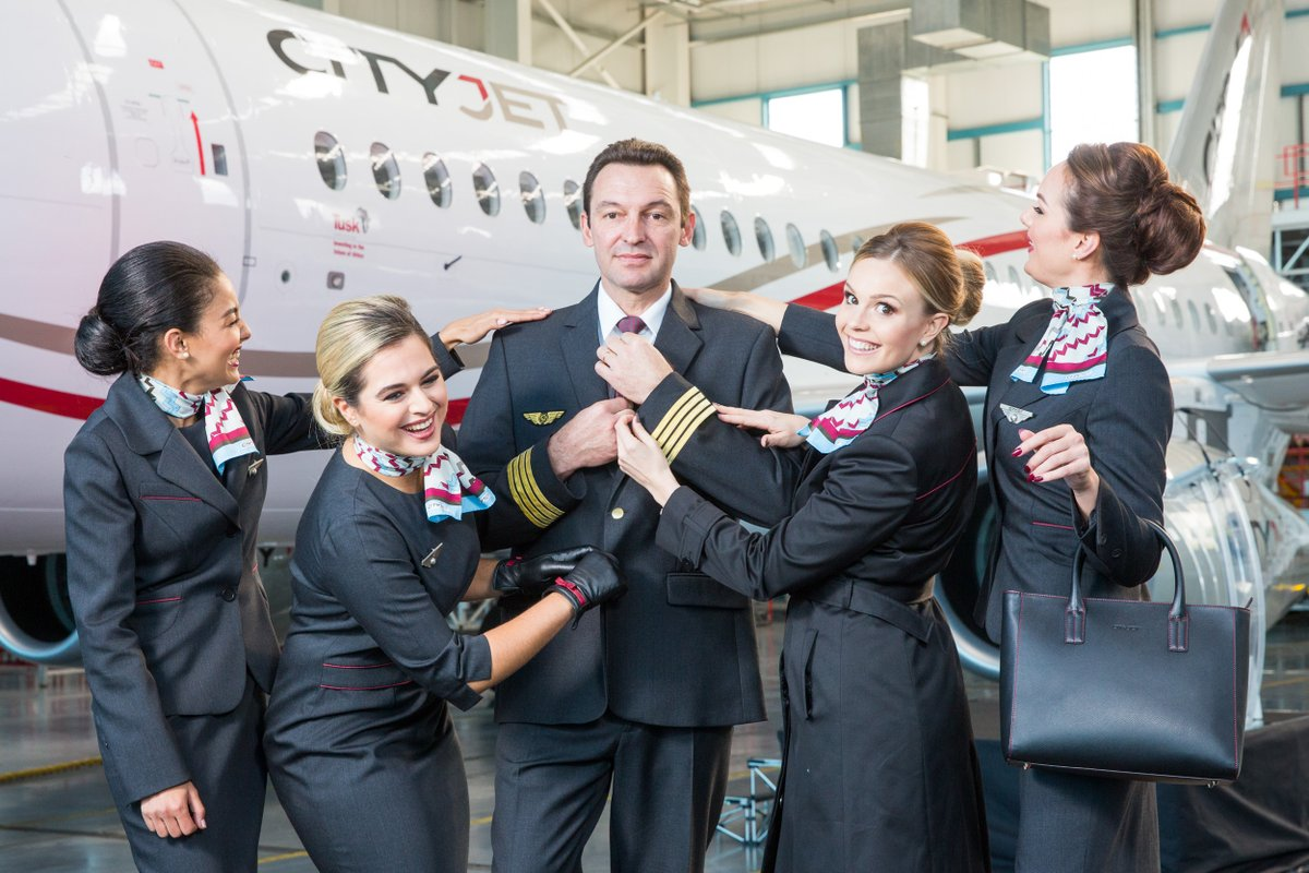 Новая униформа бортпроводников компании CityJet, демонстрирующаяся на фоне самолета Sukhoi Superjet 100.