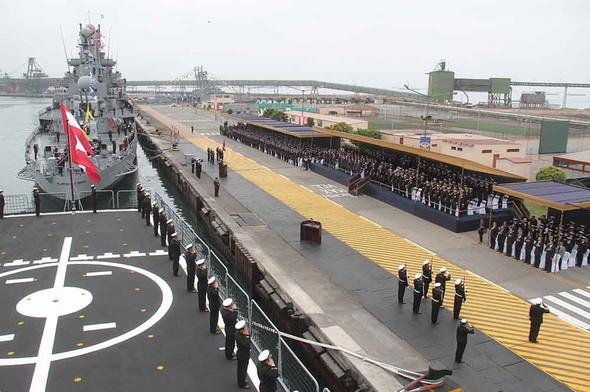 Церемония передачи названия Almirante Grau от выведенного из состава ВМС Перу крейсера CLM 81 фрегату FM 53 (бывший Montero) типа Lupo. Кальяо, 26.09.2017.