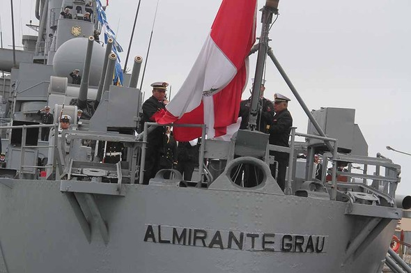 Спуск перуанского флага в ходе церемонии вывода из состава ВМС Перу крейсера CLM 81 Almirante Grau (бывший голландский De Ruyter). Кальяо, 26.09.2017.