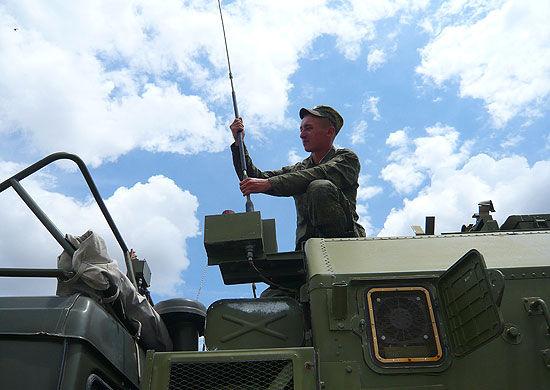 Военнослужащий устанавливает антену мобильной станции спутниковой связи