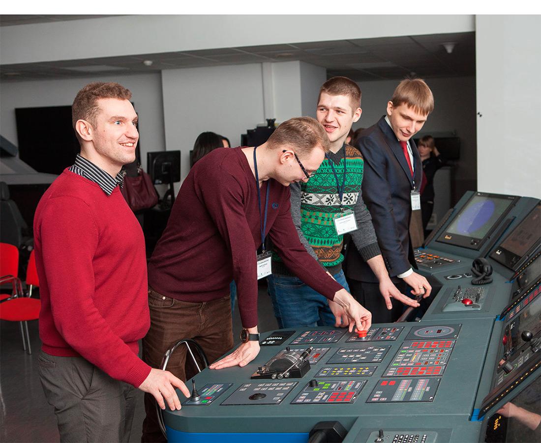 Представители БФ «Система», участники «Системного решения», руководство журнала «Популярная механика» в штаб-квартире Группы «Кронштадт» знакомятся с демонстрационными образцами высокотехнологичной продукции компании.