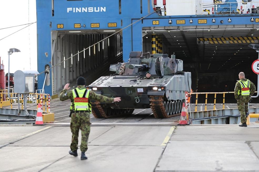 Выгрузка доставленных в Эстонию первых 12 боевых машин боевых машин пехоты шведского производства CV9035NL Mk III, приобретенных для вооруженных сил Эстонии из наличия армии Нидерландов. Палдиски, 07.10.2016.