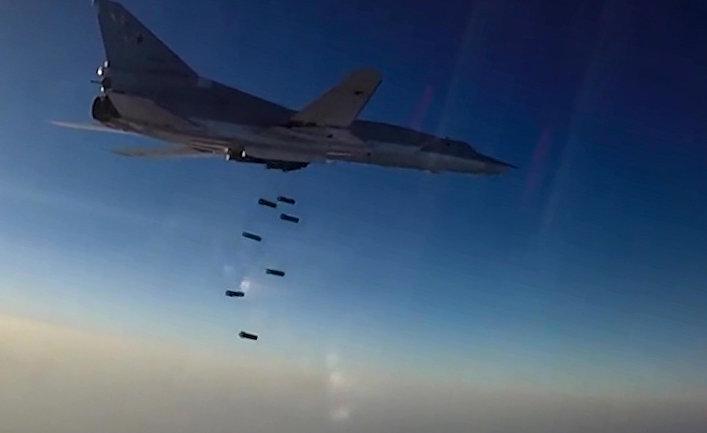 Дальний бомбардировщик ВКС РФ Ту-22М3 во время нанесения бомбовых авиаударов по объектам ИГ в провинциях Алеппо, Дейр-эз-Зор и Идлиб в Сирии.