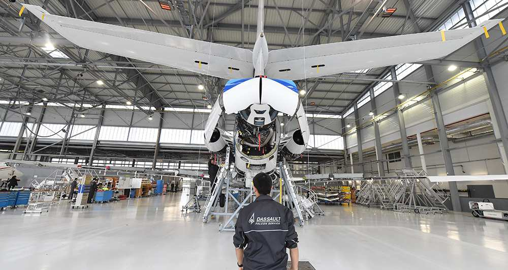 Сборка административного самолета Falcon на предприятии французской компании Dassault Aviation.
