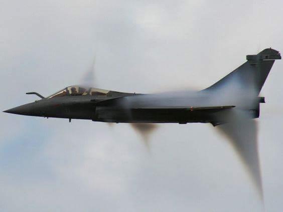 Истребитель Dassault Rafale преодолевает звуковой барьер.