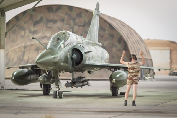 """Истребитель-бомбардировщик Dassault Mirage 2000D ВВС Франции перед вылетом в ходе операции """"Chammal"""" против сил """"Исламского Государства"""" в Ираке, 2015 год."""