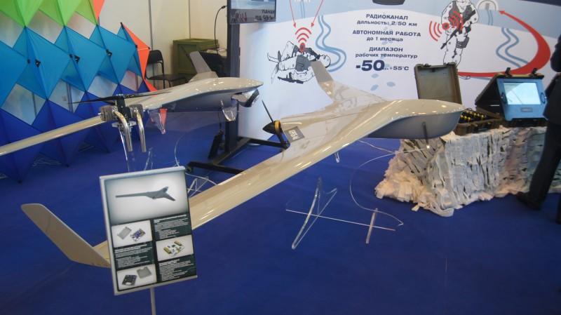 """Инновационная беспилотная система (БАС) """"Аэроб-40"""", на заднем плане элементы комплекса """"Стрелец""""."""