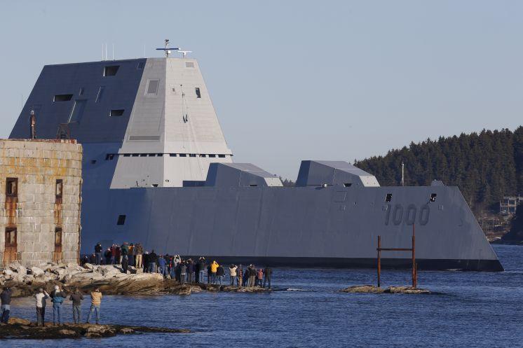 Построенный для ВМС США новый эскадренный миноносец DDG 1000 Zumwalt выходит на заводские ходовые испытания. Мэн, 07.12.2015