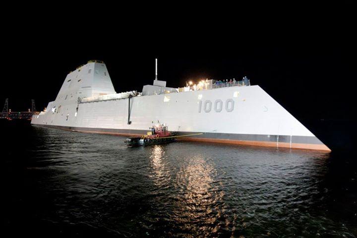 Спущенный на воду на американском судостроительном предприятии Bath Iron Works головной строящийся для ВМС США эскадренный миноносец нового типа DDG 1000 Zumwalt. Бат, 28.10.2013