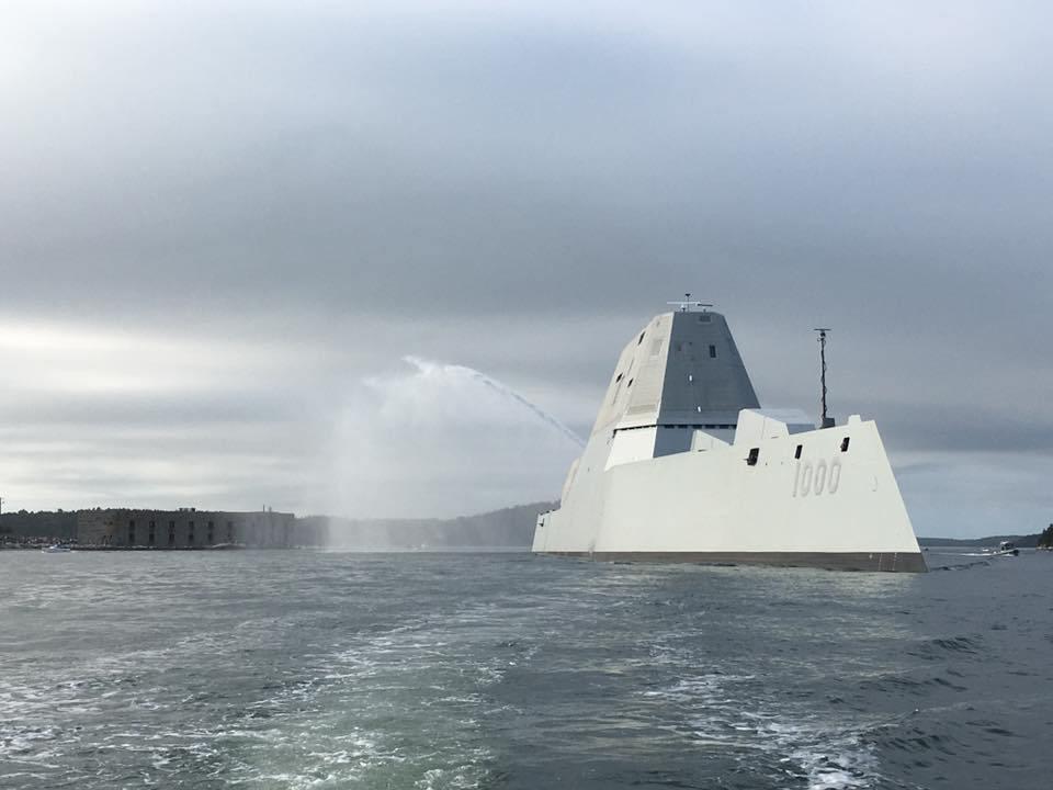 Новый американский эскадренный миноносец DDG 1000 Zumwalt покидает верфь Bath Iron Works корпорации General Dynamics в Бате (штат Мэн), начав переход к месту постоянного базирования в Сан-Диего. 07.09.2016