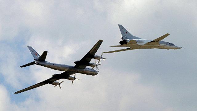 Демонстрационный полет стратегических бомбардировщиков Ту-95 и Ту-22М3. Архивное фото.