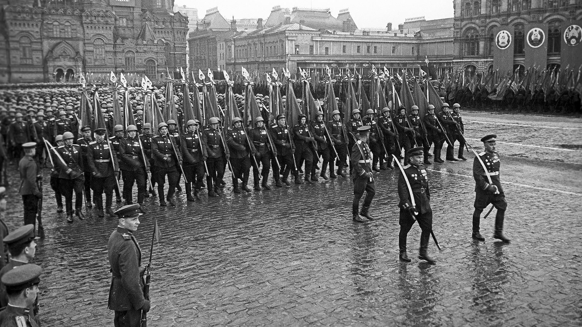 https://vpk.name/file/img/demonstraciya-sily-kak-gotovilsya-parad-pobedy-1945-goda-70hrrijh-1588973341.jpg