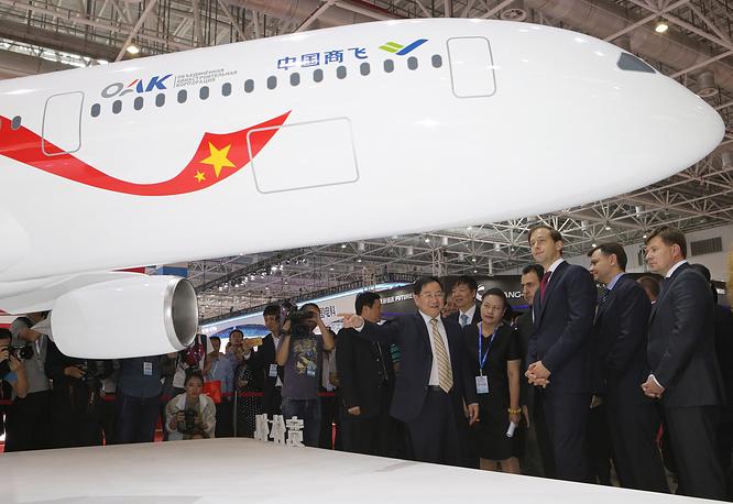Председатель совета директоров китайской корпорации Comac Цзинь Цзанлун и министр промышленности и торговли РФ Денис Мантуров (слева направо) у макета нового российско-китайского широкофюзеляжного дальнемагистрального самолета на Airshow China—2016 в китайском Чжухае.