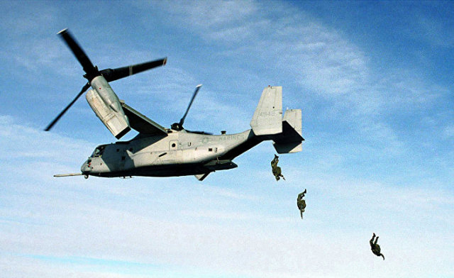 Десантирование с американского конвертоплана Bell V-22 Osprey подразделения морской пехоты США