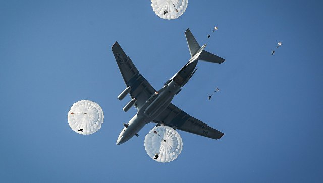 Десантирование из самолета Ил-76МД. Архивное фото.