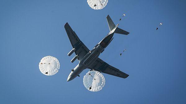 Десантирование из самолета Ил-76МД во время совместных российско-египетских тактических учений