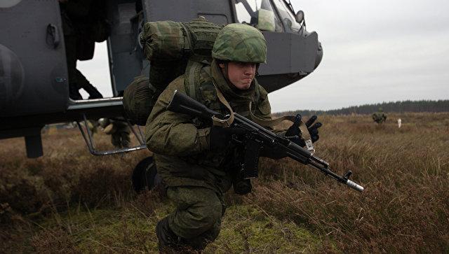 Десантник ВДВ высаживается из вертолета Ми-8. Архивное фото.