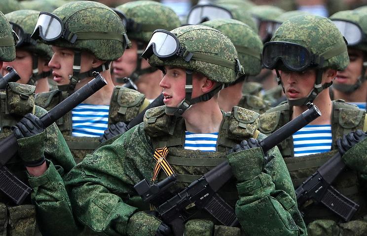 """Десантники 331-го гвардейского парашютно-десантного полка в экипировке """"Ратник"""" во время Парада победы на Красной площади."""