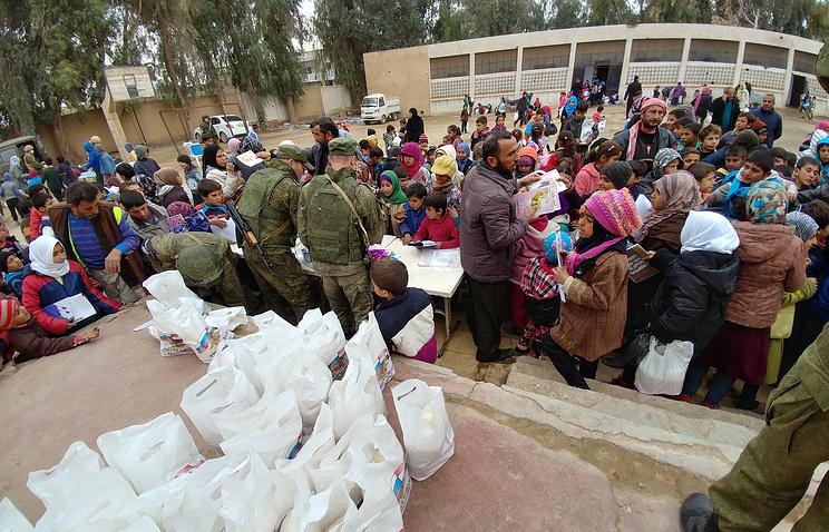Дети деревни Хатла получают подарки от российских военных.
