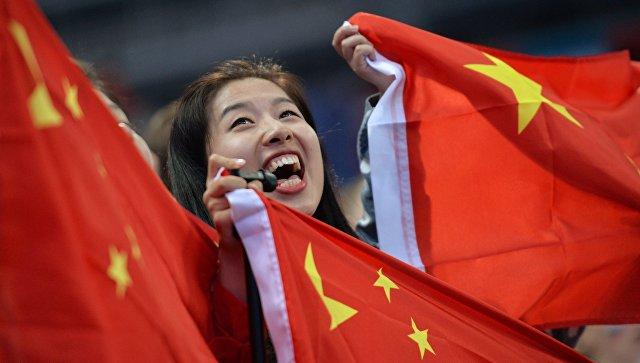 Девушка с флагом Китая. Архивное фото.
