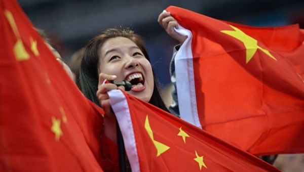 Девушка с флагом Китая. Архивное фото