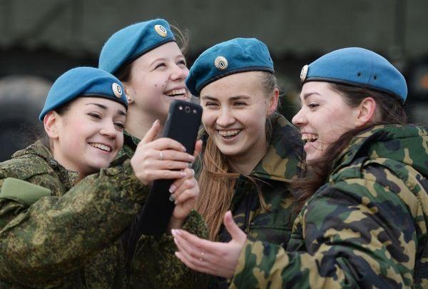 Девушки-военнослужащие ВС РФ