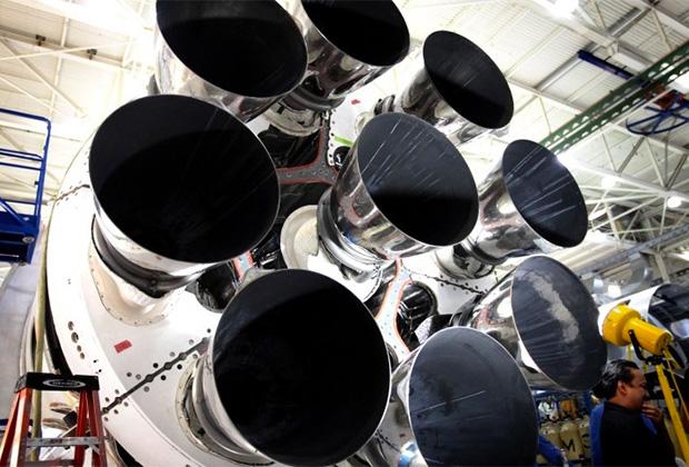Девять двигателей Merlin 1D+ первой ступени тяжелой ракеты Falcon 9.