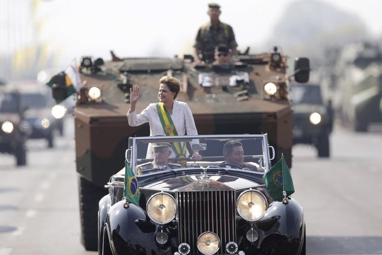 Президент Бразилии Дилма Руссефф, на заднем плане - новый бразильский бронетранспортер Iveco VBTP-MR Guarani.