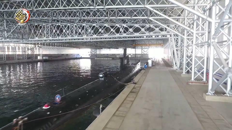 Дизель-электрическая подводная лодка китайской постройки проекта 033 ВМС Египта в крытом эллинге-бассейне в Александрии.