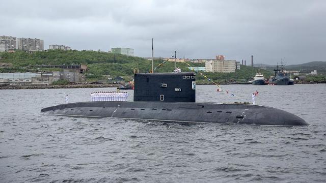 """Дизель-электрическая подводная лодка проекта 877 """"Калуга"""" во время морского парада в честь Дня ВМФ в Североморске"""