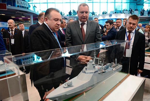 Вице-премьер Дмитрий Рогозин и президент ОСК Алексей Рахманов у модели патрульного корабля проекта 22160.