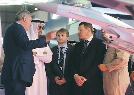 Вице-премьер правительства РФ Дмитрий Рогозин рассказывает наследному принцу Абу-Даби, заместителю главнокомандующего ВС ОАЭ Мухаммеду бен Заиду Аль Нахайяну о преимуществах российской авиатехники.